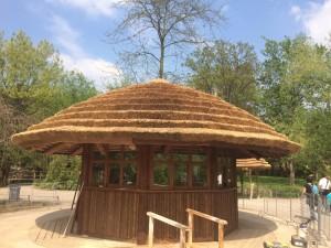 Stánek v pražské Zoo s rákosovou střechou